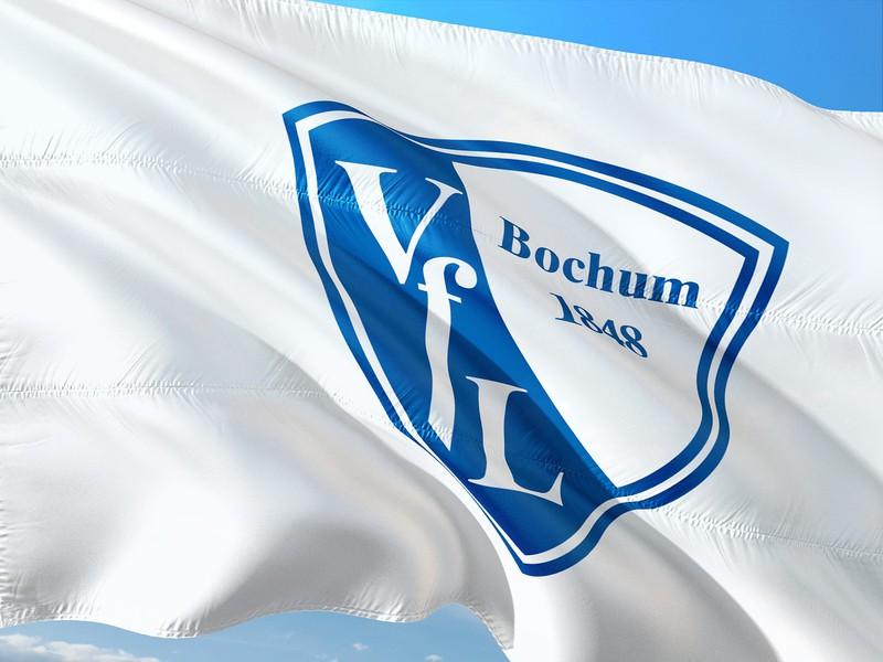 Wehende Flagge des VfL Bochum vor blauem Himmel.