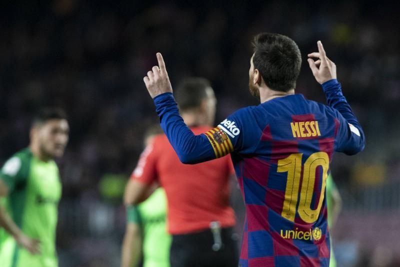Man sieht Messi, wie er jubelt, weil der FC Barcelona jährlich einen Umsatz von 840 Millionen Euro verbucht