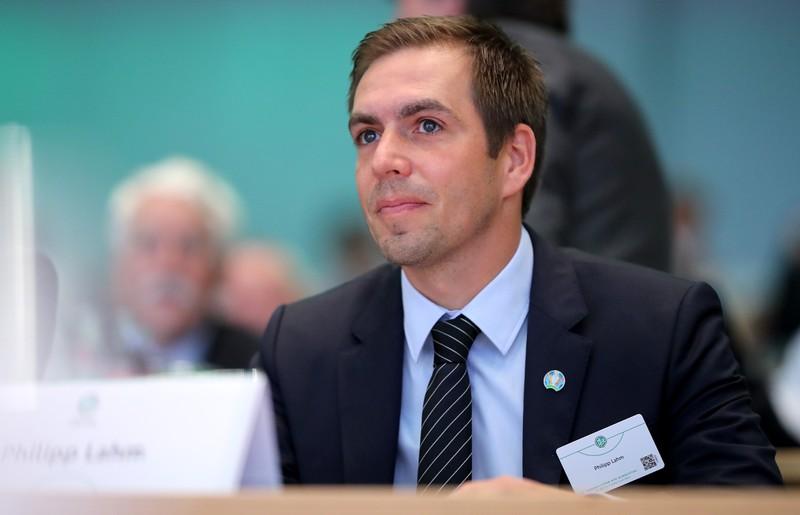 Es ist Philipp Lahm zu erkennen, der als TV-Experte und Chef des Organisationskomitees für die EM arbeitet