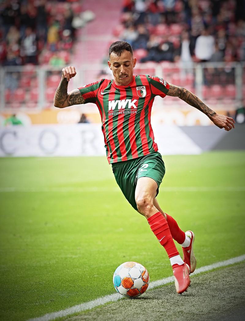 Iago ist ein brasilianischer, schneller Fußballer beim FCA