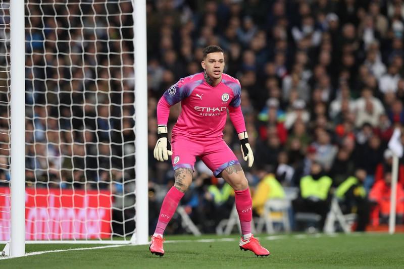 Der Torwart Ederson, der bei Manchester City spielt und nur auf 24 Gegentore kommt in der Saison 19/20