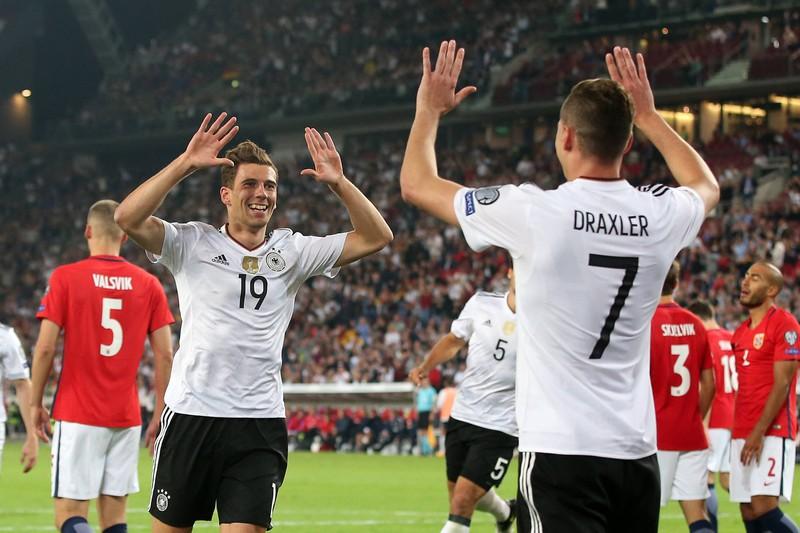 Das Bild zeigt die Fußballspieler Goretzka und Draxler der Mannschaft, die 6:0 gegen Norwegen gewannen