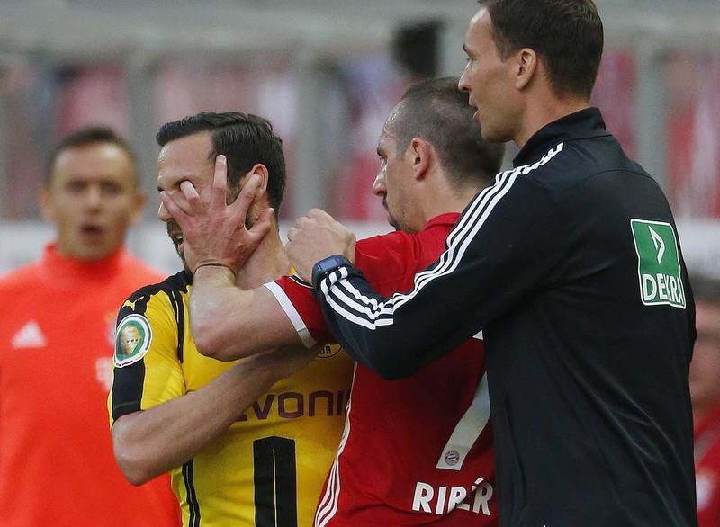 Das Foto zeigt Franck Ribéry, der Gonzalo Castro mit der Hand ins Auge fasst