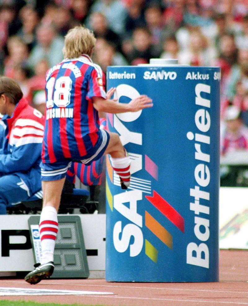 Ein Bild eines Ausrasters von Jürgen Klinsmann, der1997 eine Werbetonne zertreten hat