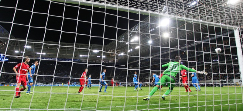 Der Ball kurz bevor ans Außennetz des Hoffenheimer Tores fliegt