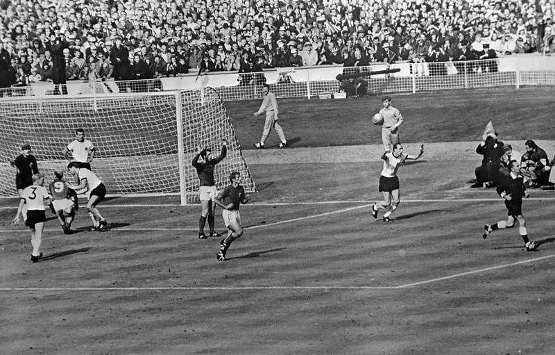 Die deutschen Spieler reklamieren, während die englischen Spieler zaghaft jubeln, kurz nachdem das Wembley-Tor gefallen ist