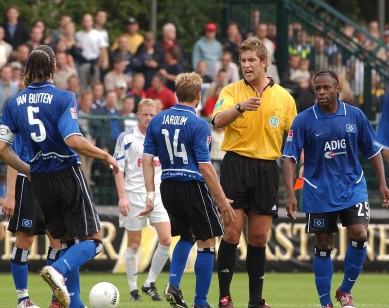 Die Spieler des Hamburger SV protestieren gegen eine Fehlentscheidung von Robert Hoyzer