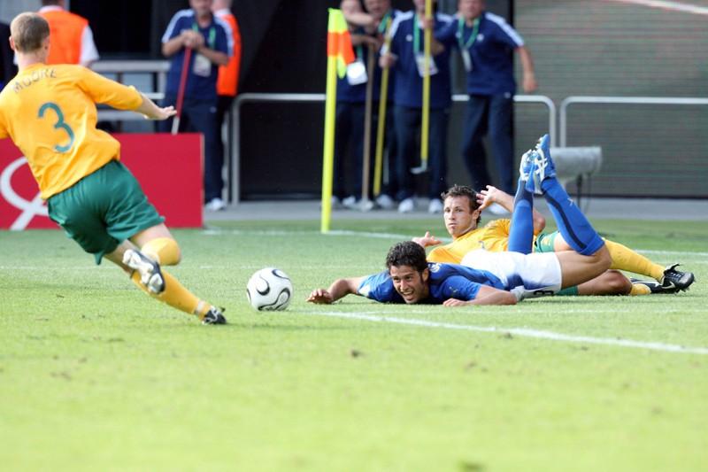 Fabio Grosso blickt fordernd zum Schiedsrichter, der in der 95. Spielminute Elfmeter für Italien gibt