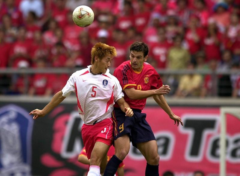 Fernando Morientes im Kopfballduell beim umstrittenen Ausscheiden seiner Nationalmannschaft gegen Südkorea