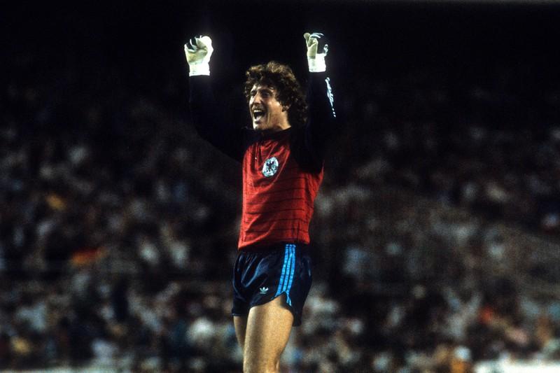 Harald Schuhmacher bejubelt den deutschen Sieg beim WM-Halbfinale 1982 gegen Frankreich