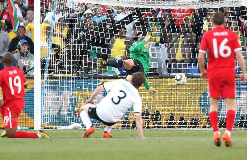 Manuel Neuer blickt vergeblich dem Schuss von Frank Lampard hinterher, der deutlich sichtbar hinter der Torlinie aufschlägt