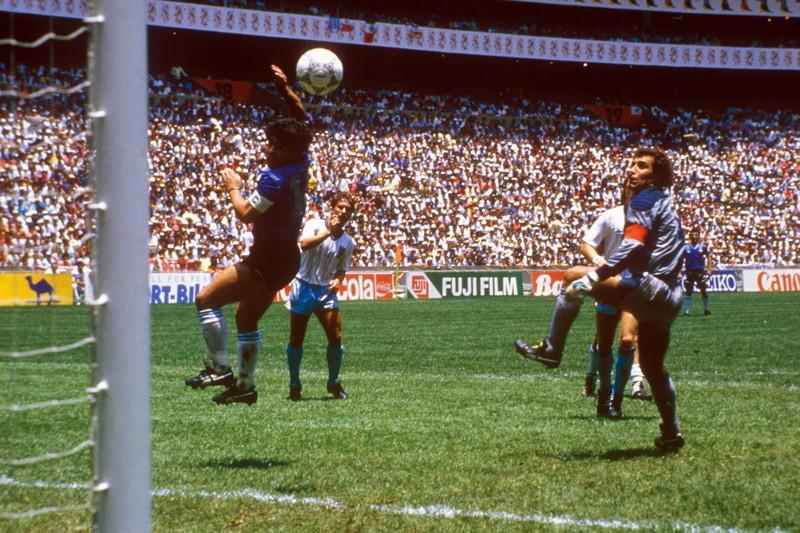 Maradona erzielt das 1:0 für Argentinien und ebnet damit den Weg ins Finale