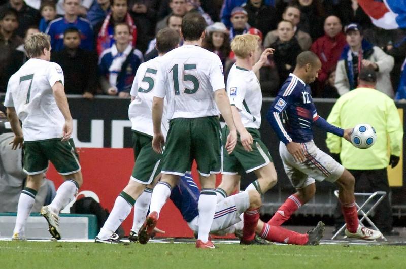 Thierry Henry bereitet den Treffer von William Gallas in der Verlängerung vor, der die Franzosen zur WM nach Südafrika bringt