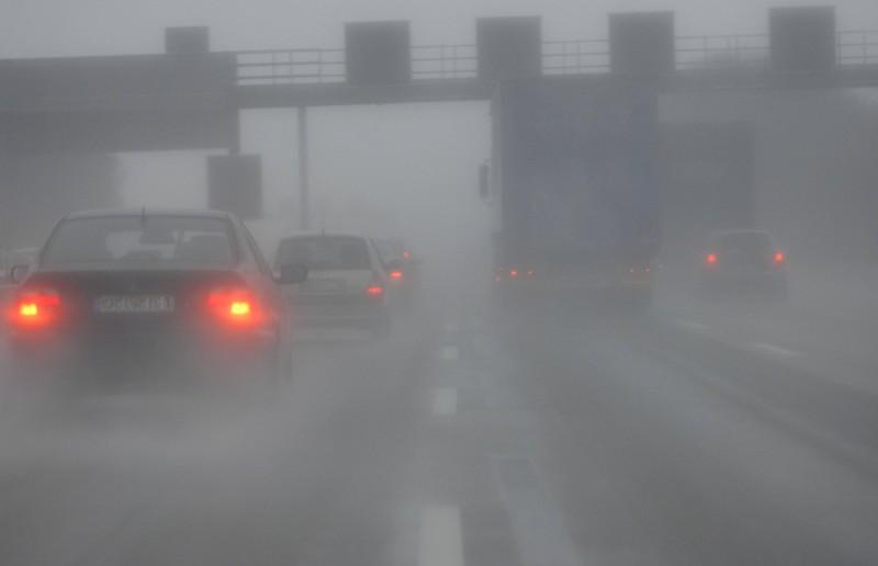 Bei Nebel und 50m Sicht darf man nur höchstens 30km/h fahren.