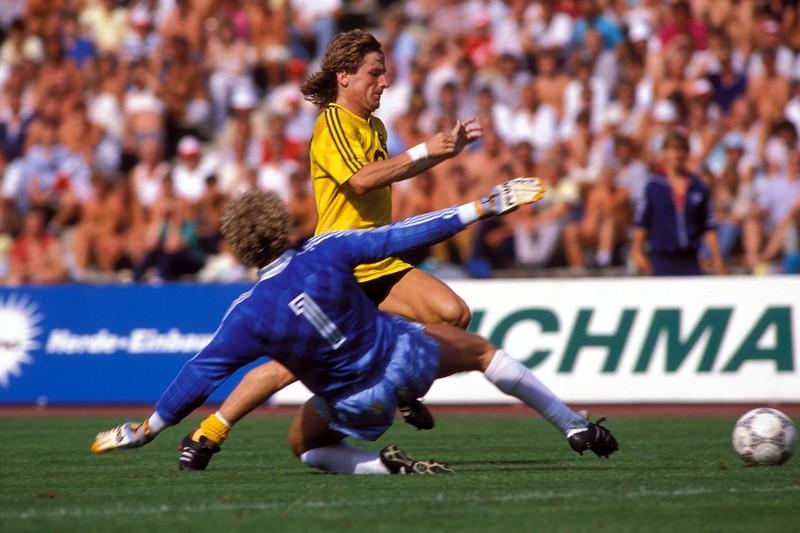 Der Klassiker der Fehlschüsse: Frank Mill schießt den Ball aus drei Metern gegen den FC Bayern München nur an den Pfosten