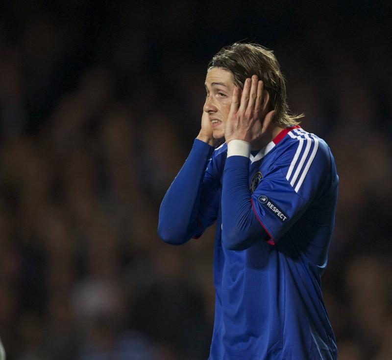 Fernando Torres kann es nicht fassen: Er schoss den Ball aus wenigen Metern neben das Tor von Manchester United