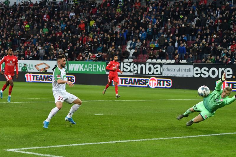 Marco Richters Fehlschuss gegen die Mainzer kostete den FC Augsburg glücklicherweise keine Punkte
