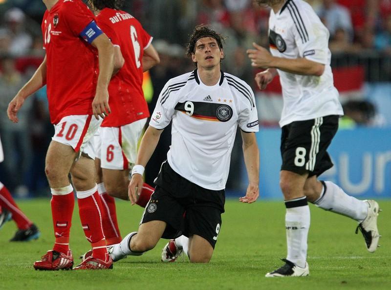Mario Gomez kann es nicht fassen, nachdem er den Ball aus kürzester Distanz nicht im Tor von Österreich hatte unterbringen können