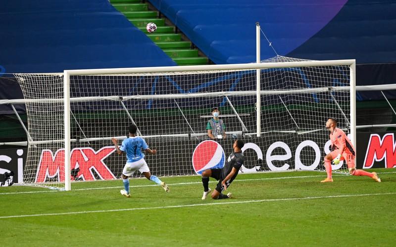 Raheem Sterling vergibt gegen Olympique Lyon die riesige Chance den Ausgleich zum 2:2 zu erzielen aus kürzester Distanz