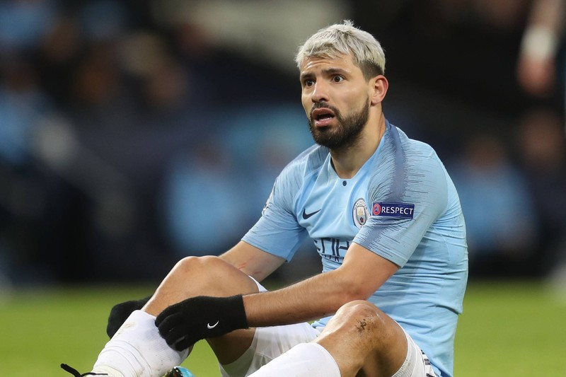 Sergio Agüero enttäuscht und geschockt, nachdem er aus kurzer Distanz das freie Tor gegen den FC Chelsea verfehlt hat