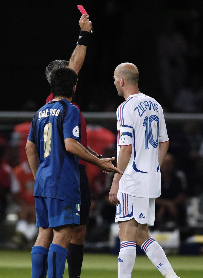 Der Schiedsrichter zeigt Zinedine Zidane für seine Tätlichkeit die rote Karte