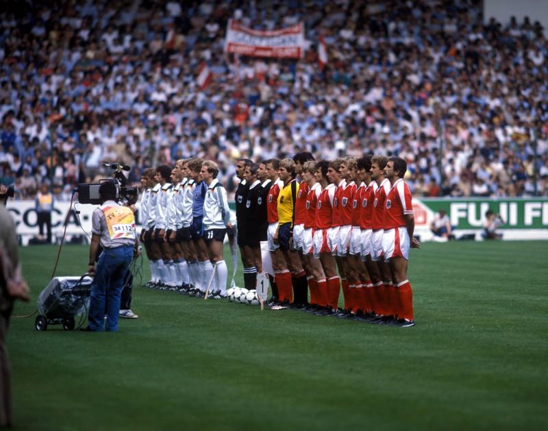 Deutschland und Österreich vor Anpfiff des Spiels, das als Nichtangriffspakt von Gijon in die WM-Geschichte eingehen sollte