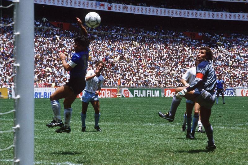 """Diego Maradona erzielt sein erstes Tor im Halbfinale gegen England, das später als """"Hand Gottes"""" in die Fußball-Geschichte eingeht"""