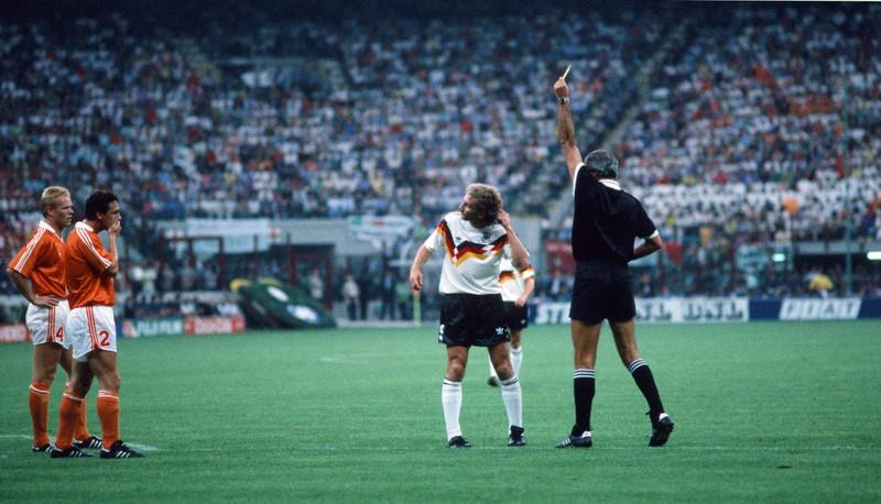 Rudi Völler zeigt dem Schiedsrichter, dass er von Frank Rijkaard angespuckt worden ist