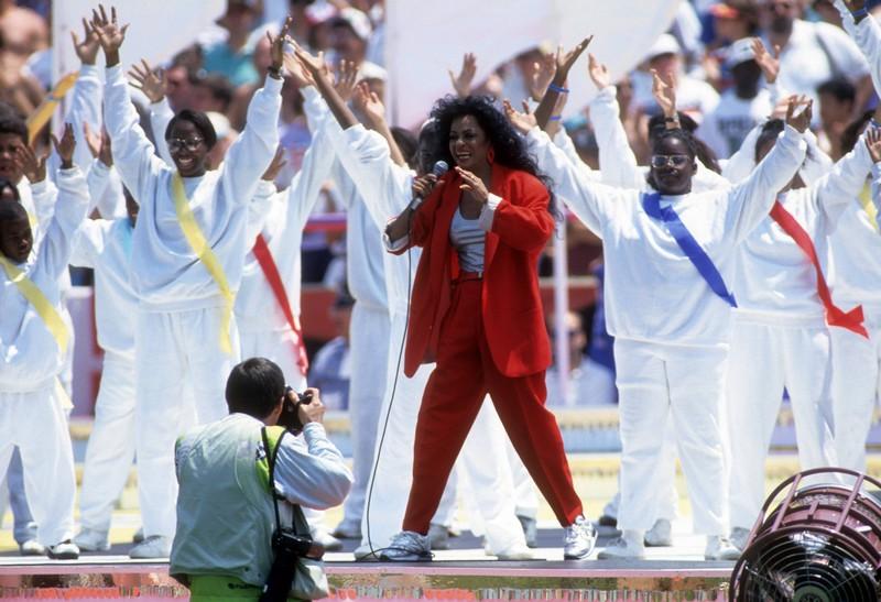 Diana Ross eröffnet die WM 1994, während ihres Songs soll sie aus wenigen Metern auf ein Tor schießen, sie verfehlt, während das Tor auseinander fällt