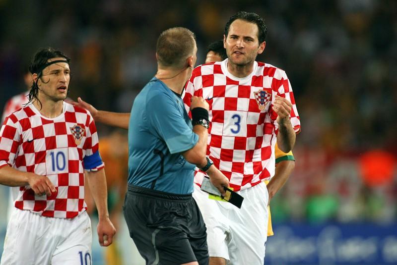 Josip SImunic diskutiert mit Graham Poll, der ihm in der Partie Australien gegen Kroatien drei Mal die gelbe Karte zeigte
