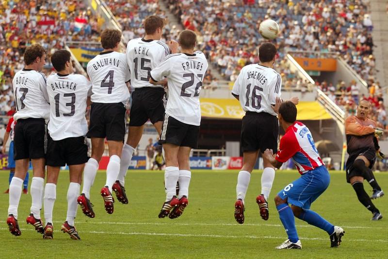 José Luis Chilavert tritt einen seiner gefährlichen Freistöße im Spiel gegen Deutschland