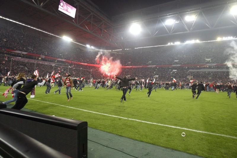 Fans stürmen das Spielfeld beim Skandalspiel zwischen Hertha und Düsseldorf in der Relegation 2012