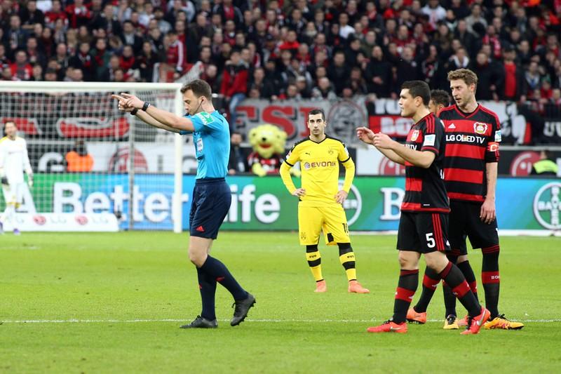Felix Zwayer unterbricht die Partie zwischen Dortmund und Leverkusen, nachdem Roger Schmidt sich weigert auf die Tribüne zu gehen