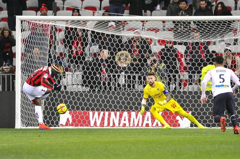Saint-Maxim schießt einen Elfmeter gegen Benoit Costil