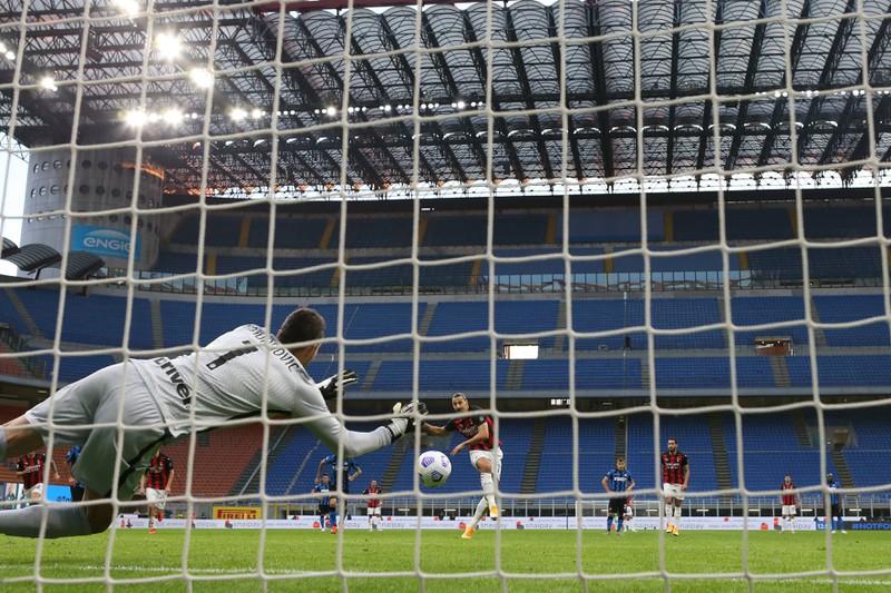 Samir Handanovic pariert Elfmeter Nummer 31 in seiner Karriere in der Serie A gegen Zlatan Ibrahimovic
