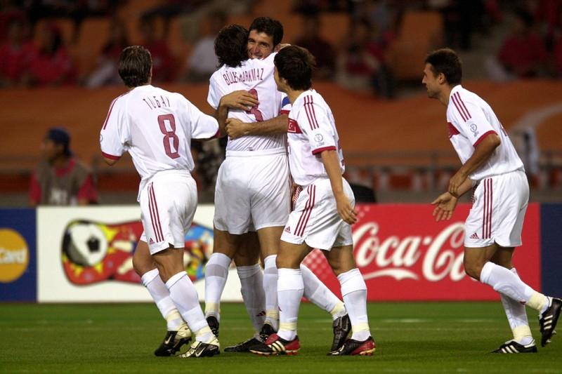 Hakan Sükür bejubelt mit seinen Teamkollegen sein Tor gegen Südkorea, das er bereits nach elf Sekunden erzielte