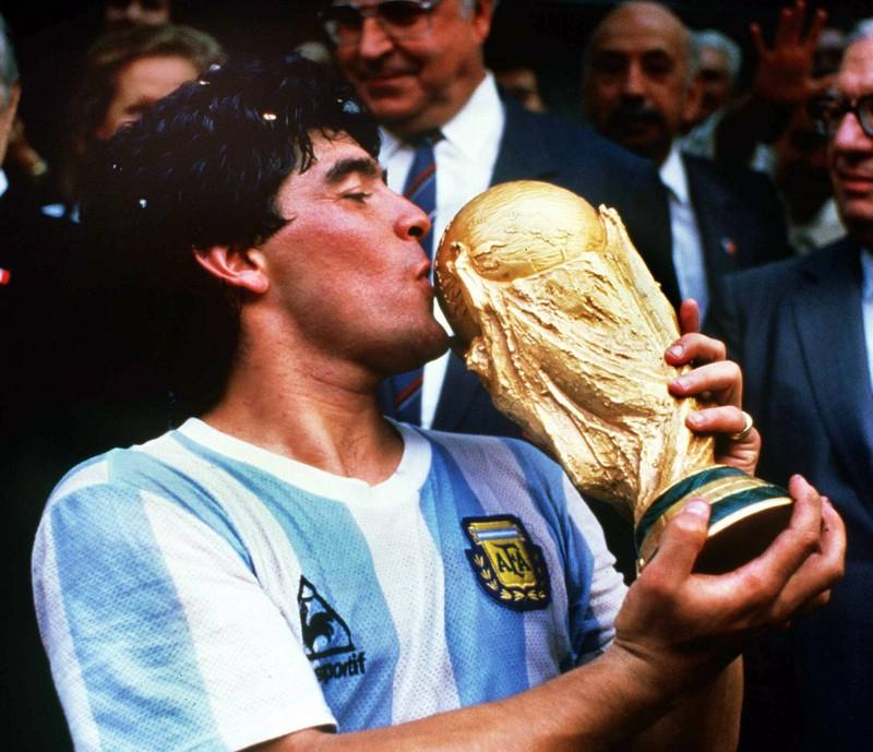 Diego Armando Maradona verstarb am 25. November 2020. Hier feiert er seinen größten Triumph und küsst den WM-Pokal. Es ist der größte Moment in seiner Karriere