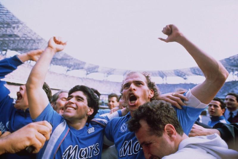 Diego Maradona holt mit dem SSC Neapel zwei Mal die italienische Meisterschaft, den Scudetto