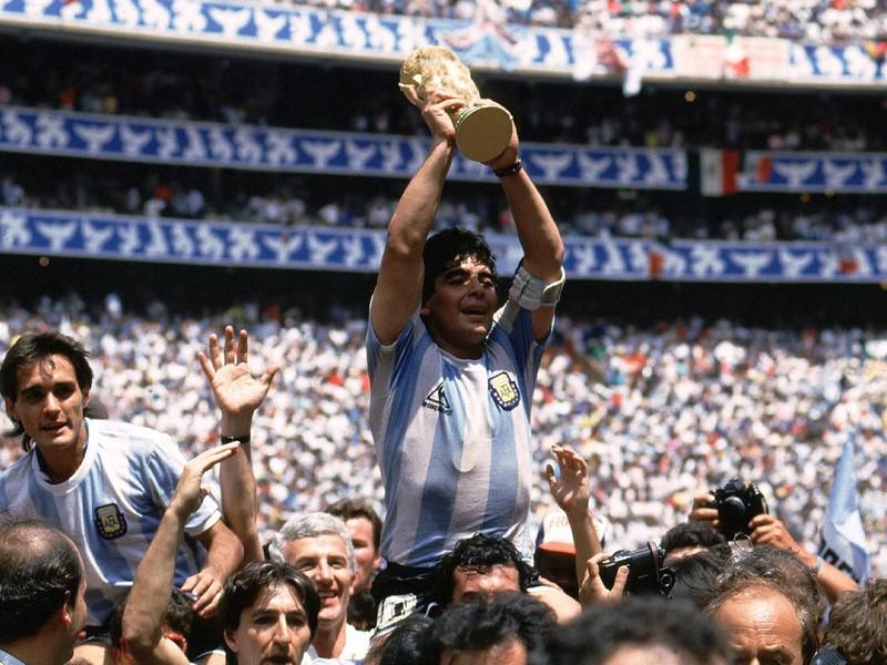 Diego Maradona stemmt den WM-Pokal in die Höhe. Der Gewinn der Weltmeisterschaft ist der wohl größte Moment in der Karriere von Maradona