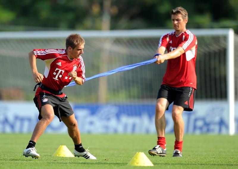 Lahm trainiert beim FC Bayern mit dem Deuserband