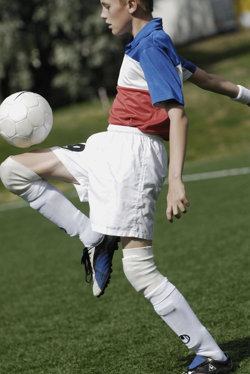 Sportbekleidung ist ebenfalls ein wichtiger Bestandteil einer guten Ausrüstung zum Fußballspielen