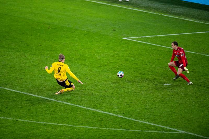 Haaland spitzelt den Ball an SCP-Keeper Zingerle vorbei und erzielt das umstrittene 3:2 in der Verlängerung