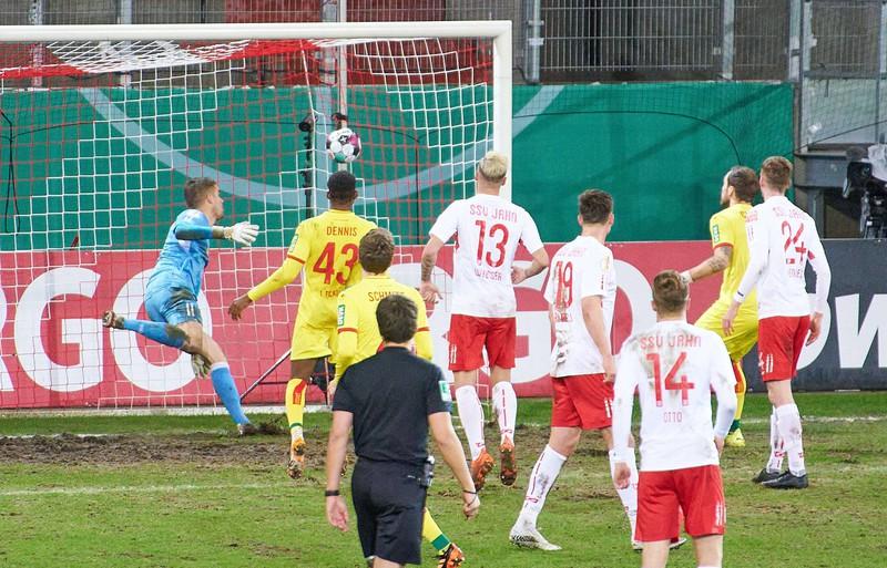 Bei der DFB-Pokal-Partie zwischen Jahn Regensburg und dem 1. FC Köln gab es mächtig Trubel, nachdem der VAR eine strittige Entscheidung getroffen hatte