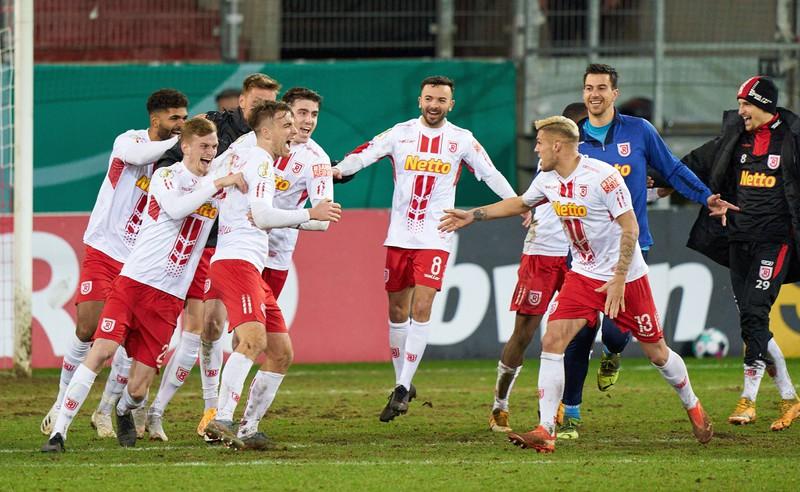 Der SSV Jahn Regensburg bejubelt den Sieg im Pokal-Achtelfinale gegen Köln