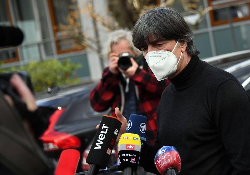 Jogi Löw tritt vor der Pressekonferenz vor die Kameras